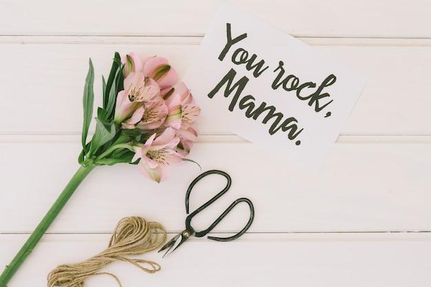 Você rock mama inscrição com flores Foto gratuita