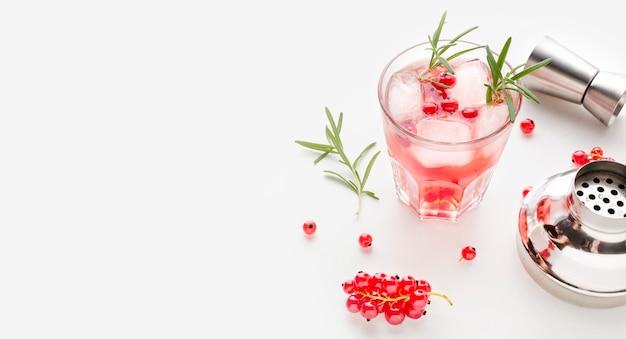 Vodka de cranberry de alto ângulo e shaker com cópia-espaço Foto gratuita
