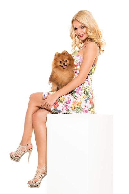 Voga. loira linda com cachorro Foto gratuita