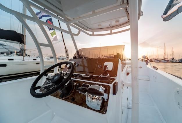 Volantes modernos de um iate do barco da velocidade. Foto Premium