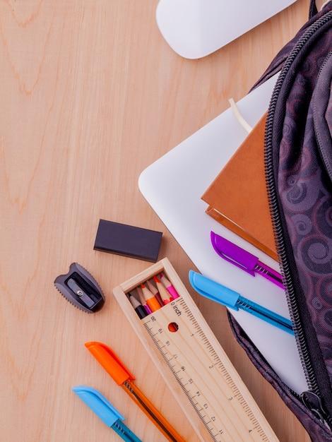 Volta ao conceito de escola com material escolar na mesa de madeira. Foto Premium