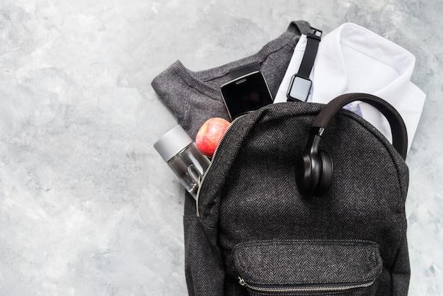 Volta ao conceito de escola com uniforme e dispositivos eletrônicos Foto Premium