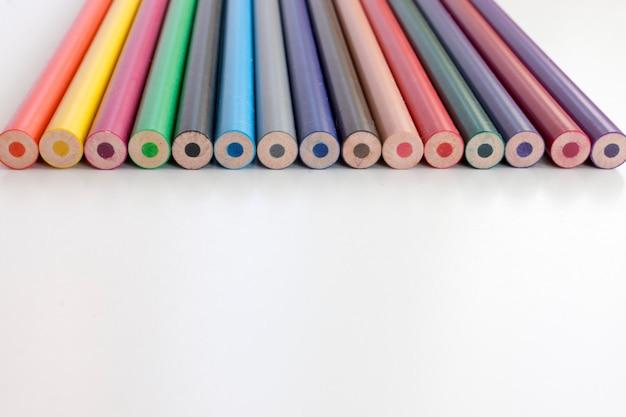 Volta ao conceito de escola. conjunto de lápis coloridos sobre fundo branco. Foto Premium