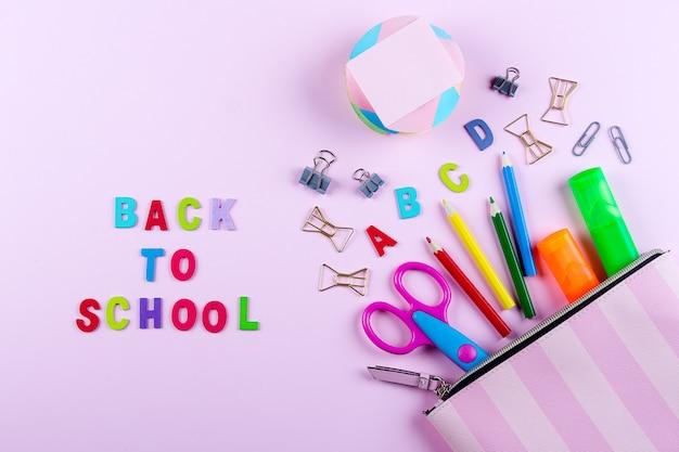 Volta ao conceito de escola. material escolar em estojo. Foto Premium