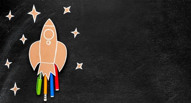 Volta para escola foguete com cópia espaço e lápis Foto gratuita