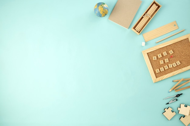 Volta para escola fornece conceito fundo azul Foto Premium