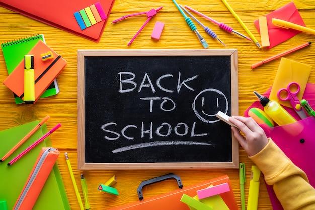 Voltar para a escola fornece arranjo vívido Foto Premium