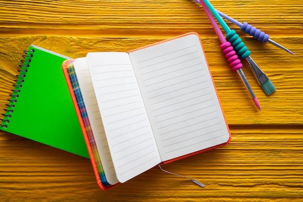 Voltar para material escolar notebook uma escova Foto Premium