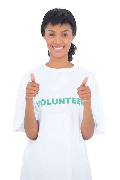 Voluntário de cabelo preto alegre dando polegares para cima Foto Premium