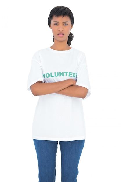 Voluntário de cabelo preto deprimido posando com braços cruzados Foto Premium