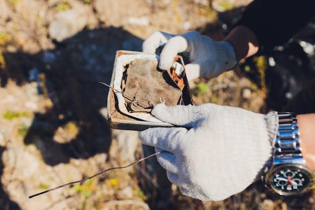 Voluntário limpa lixo em um parque Foto Premium
