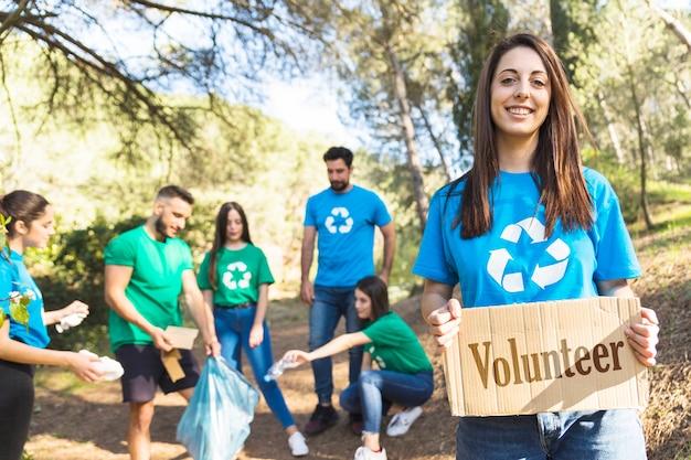 Voluntários de ecologia coletando lixo na floresta Foto gratuita