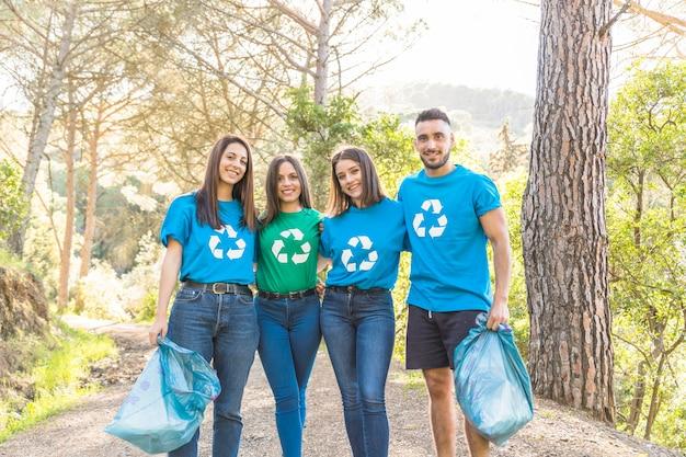 Voluntários em pé na floresta Foto gratuita