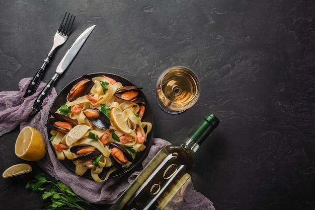 Vongole de espaguete, massa de frutos do mar italiana com amêijoas e mexilhões Foto Premium