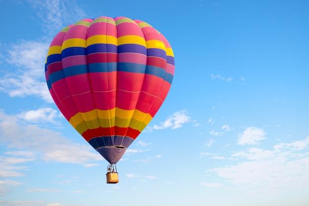 Voo colorido do balão de ar quente no céu. carnaval de balão na tailândia Foto Premium