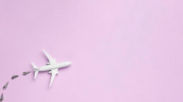 Vôo de avião branco e ar poluente Foto gratuita
