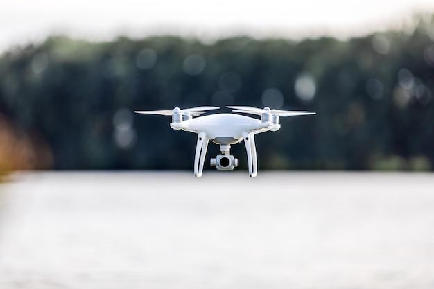 Voo do zangão de quadcopter com uma câmera sobre um lago. Foto Premium