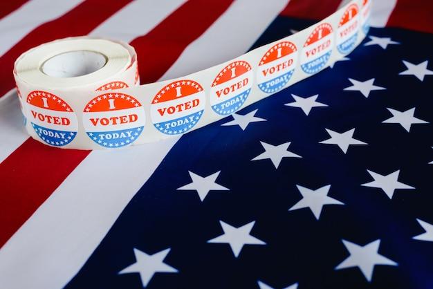 Votei hoje adesivo, típico das eleições dos eua na bandeira americana. Foto Premium