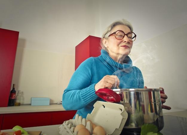 Vovó cozinhar comida deliciosa Foto Premium