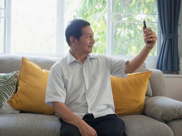 Vovô é selfie por telefone Foto Premium