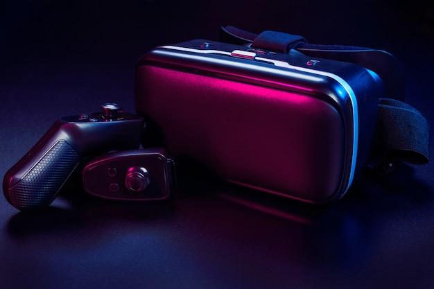 Vr. equipamento de realidade virtual em cima da mesa. Foto Premium