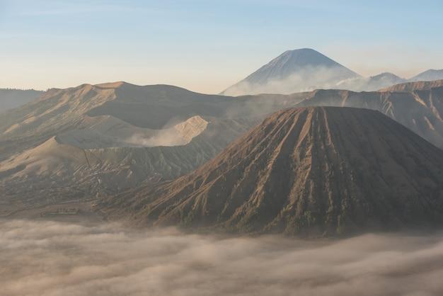 Vulcões bromo, batok e semeru ao nascer do sol Foto Premium