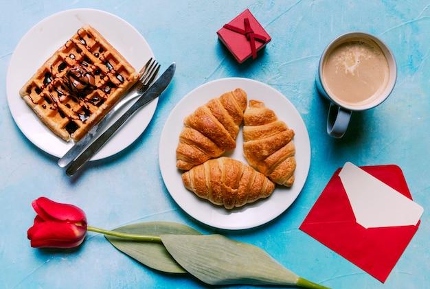 Waffle belga com croissants na chapa Foto gratuita