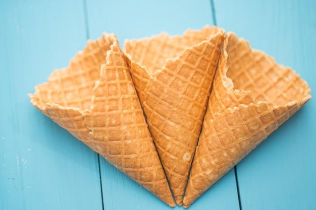 Waffle cup sorvete em uma madeira elegante Foto gratuita