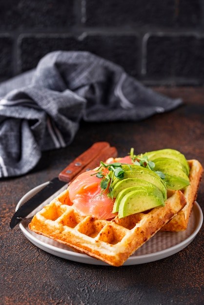 Waffle de queijo ceto com abacate Foto Premium