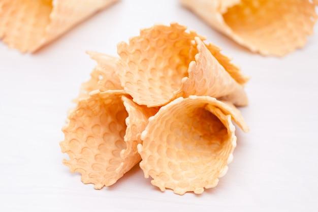 Waffle sorvete caseiros cones. doce, conceito de verão, copie o espaço. Foto Premium