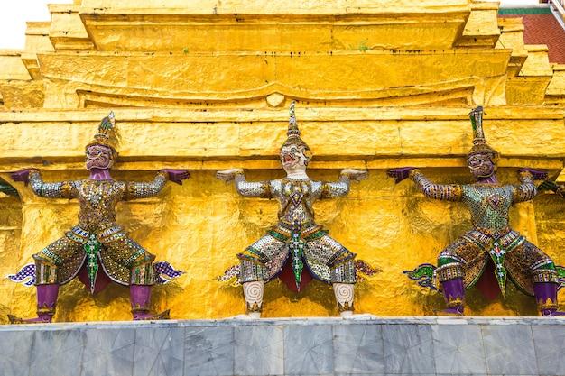 Wat phra kaew (templo do buda esmeralda) em bangkok Foto Premium