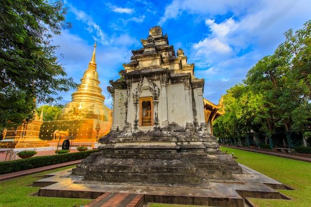 Wat phra singh está localizado na parte ocidental do antigo centro da cidade de chiang mai, tailândia Foto Premium