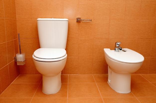 Wc e bidé na casa de banho Foto Premium