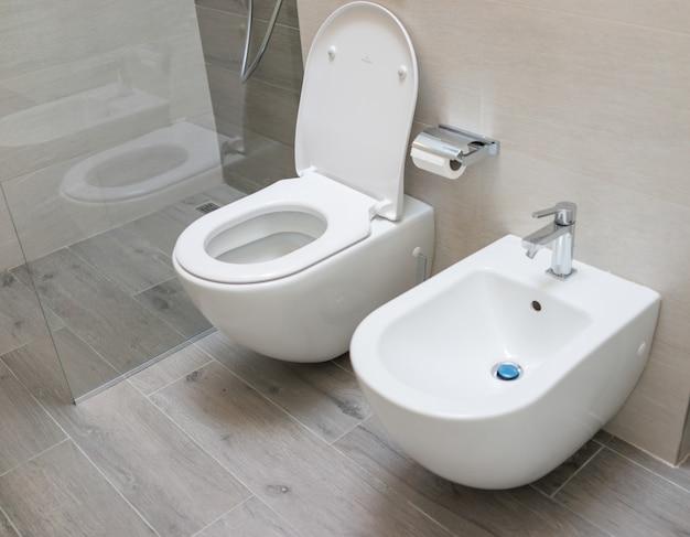 Wc wc em casa moderna Foto Premium