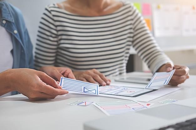 Web designer de brainstorming para um plano de estratégia. Foto Premium