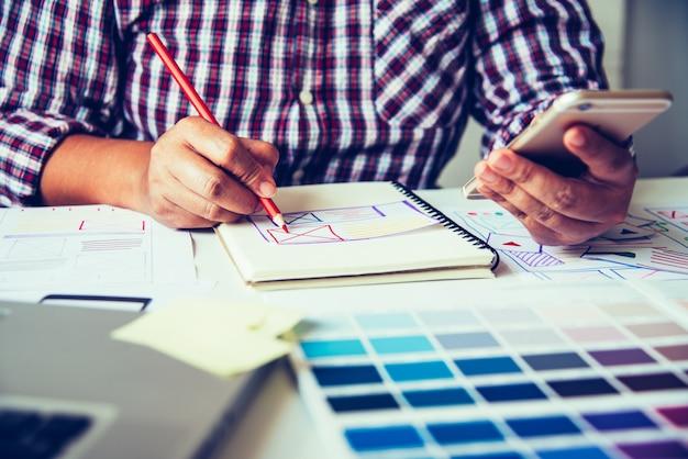 Web designer, planejamento criativo, desenvolvimento de aplicativos, gráfico, criativo, criatividade, mulher, trabalhando no laptop, projetando, colorir, cor Foto Premium