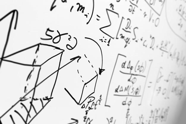Whiteboard com fórmulas Foto gratuita