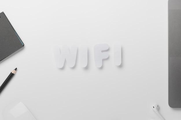 Wifi soletrado para fora na mesa com giz de cera Foto gratuita
