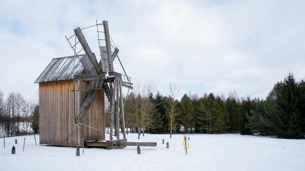 Windmil de madeira velha, museu de arquitetura folclórica estado bielorrusso, região de minsk, aldeia azjarco, bielorrússia Foto Premium