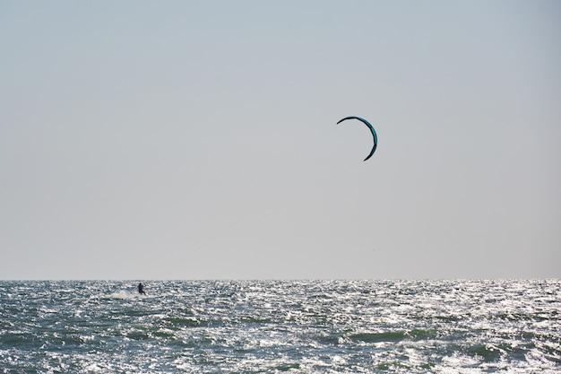 Windsurf, diversão no oceano, esporte radical no mar Foto Premium
