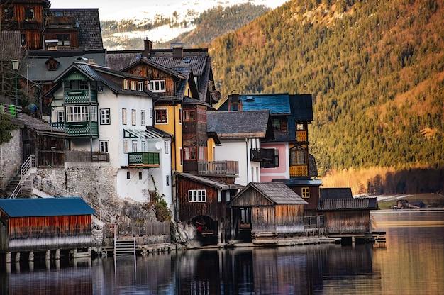 Winter view of hallstatt, tradicional vila austríaca de madeira Foto Premium