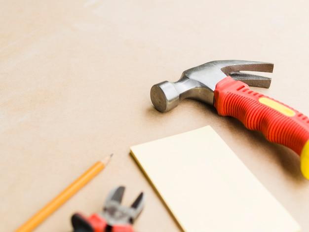 Workshop com martelo, alicate e compensado Foto gratuita