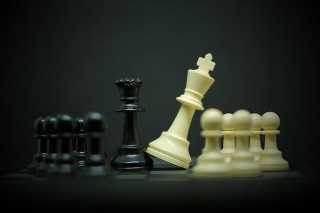 Xadrez (rei, rainha e peão) para líder fundo ou textura Foto Premium