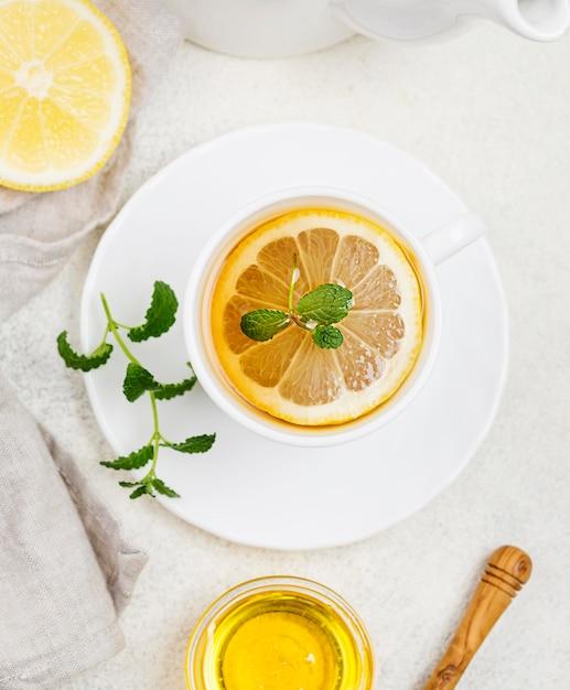 Xícara com chá de limão Foto gratuita