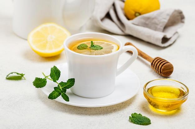 Xícara de alto ângulo com chá de limão Foto gratuita