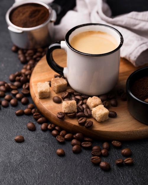 Xícara de ângulo alto com café Foto gratuita