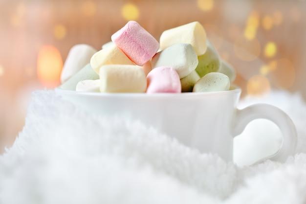 Xícara de cacau e marshmallows sobre um fundo claro Foto Premium
