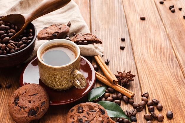 Xícara de café close-up com biscoitos em cima da mesa Foto gratuita