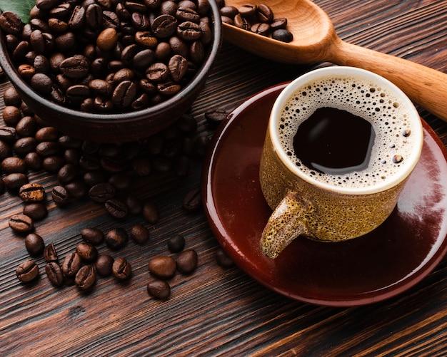 Xícara de café close-up em cima da mesa Foto gratuita
