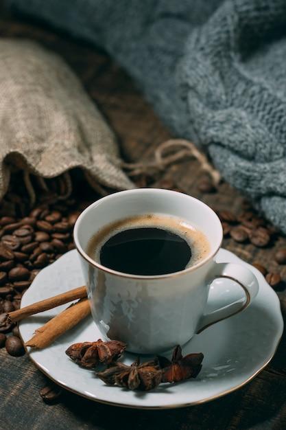 Xícara de café com anis estrelado Foto gratuita